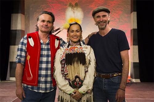 Acosia Red Elk, Nez Perce Tribe (Oregon) zusammen mit Chary und Claude